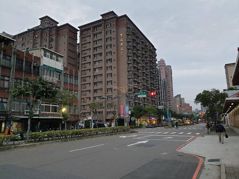 雙捷運三重站出口收租店面 (1)